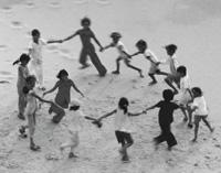 ninos-jugando-arena