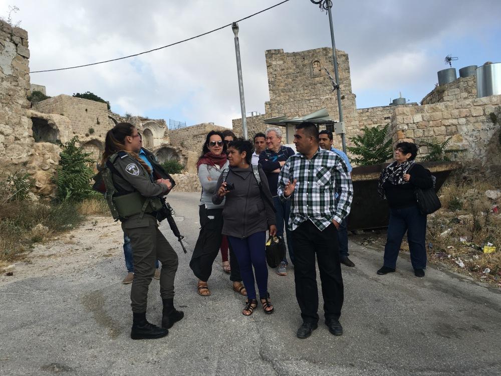 Hebrón, colonia israelí, la soldado impide el paso porque nos acompaña un palestino.  Apartheid